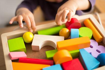 おもちゃで遊ぶ子供