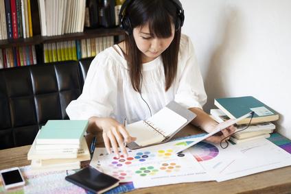 趣味の勉強をする女性