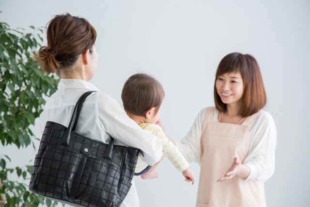 保育園に赤ちゃんを預ける女性